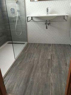 Baño con porcelanico imitación madera Bungalow, Bathtub, Flooring, Bathroom, House, Home Decor, Trough Sink, Wood, Tiles