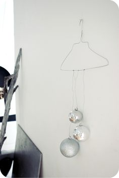 white christmas baubles | Xmas decoration . Weihnachtsdekoration . décoration noël | Design / Photo: Anna Leena @ annaleenashem |
