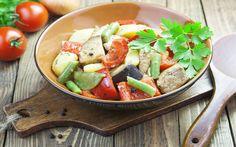 Gyuvech is een Bulgaarse ovenschotel die gemaakt wordt van rundvlees, tomaten, champignons, uien en rijst. Deze schotel wordt op smaak gebracht met verschillende soorten kruiden en specerijen