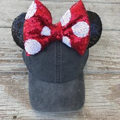 Just like your favorite Minnie you remember, but with a little vintage style thrown-in. Disney Ears Headband, Diy Disney Ears, Ear Headbands, Disney Diy, Disney Crafts, Disney Mickey, Mickey Ears, Minnie Mouse, Mouse Ears