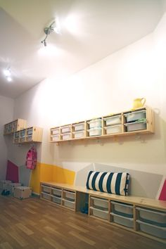 Ordinary racks and hooks put together with an interesting wall painting do a nice spacious coat rack. Einfache Wandregale und Haken plus Farbe ergeben eine nette Garderobe mit viel Stauraum.