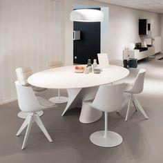 MDF Italia - S Table: Ovalen tafel (Wit - 150 x 210 - excl. afgebeelde accessoires).