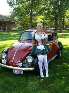 A car and a woman in a dirndl Trucks And Girls, Car Girls, Vw Bus, Moda Rock, Combi Wv, Van Vw, Kdf Wagen, Bus Girl, Vw Vintage