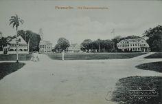 """""""Paramaribo. Het Gouvernementsplein."""" Keerzijde: """"BRIEFKAART uit de kolonie SURINAME. (Carte postale de la colonie de Surinam.) ALGEMEENE POSTVEREENIGING. (UNION POSTALE UNIVERSELLE.) Eug. Klein, Paramaribo. No.29.""""  Het gouvernementsplein met rechts het paleis en  links de toren van het ministerie van Financiën. Prentbriefkaart. Datum: Locatie: Paramaribo, Suriname Vervaardiger: Eugen Klein Inv. Nr.:  47-39 Fotoarchief Stichting Surinaams Museum"""