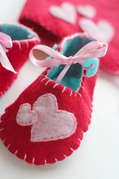 Ready for Valentine's day: diy felt baby shoes & pixie hat (with pattern)