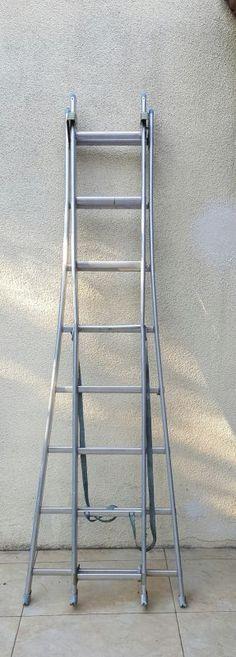 Échelle télescopique robuste. Elle peut être utilisée en position double ou totalement étirée, elle atteint alors 4.86m