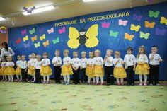 Beautiful butterflies with us Beautiful Butterflies, Kindergarten, Birthdays, Flag, Butterfly, Ideas, Paper Flowers, Crowns, Anniversaries