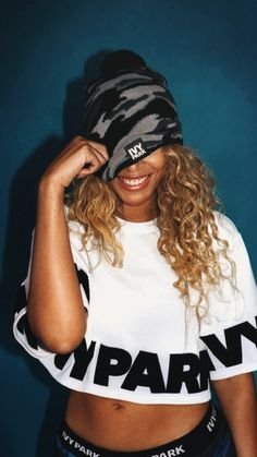 Beyonce Knowles wearing Ivy Park Logo-Cropped-Tee and Ivy Park Camo Beanie Beyonce Photoshoot, Beyonce Coachella, Beyonce Knowles Carter, Beyonce And Jay Z, Ivy Park Clothing, Style Beyonce, Idol, Topshop, Thing 1