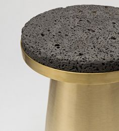 Jeonghwa Seo est un tout jeune designer sud coréen qui vit et travaille dans la région de Séoul. Son design s'inspire de l'artisanat local de qualité et des matériaux neutres sous employés dans le design d'ameublement.  Cette série de tabourets baptisée « Material Container » est le parfait reflet de sa création. Les assises sont composées uniquement de deux parties en matériaux bruts comme la lave, le bois, l'aluminium coulé ou la pierre.
