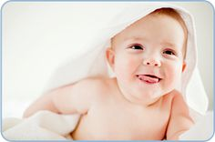 Die meisten Babys baden ausgesprochen gerne. Bestimmt wird das regelmäßige Bad daher auch für Sie und Ihr Kind bald ein schöner Teil Ihres gemeinsamen Alltags sein. Für junge Eltern ist es allerdings meistens recht aufregend, ihr Baby das 1. Mal zu baden. Doch wenn Sie alles gut vorbereiten, wird das Baden von Anfang an zum Vergnügen.