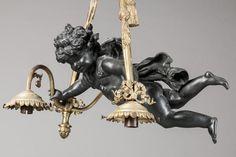 Lustre en bronze à deux patines, éclairant à trois bras de lumière,