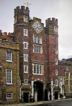 Tudor Era Gatehouse of St. James Palace, London, one of London's oldest palaces built by Henry VIII between 1531 and St James's Palace, Palace London, Tudor History, British History, Asian History, London City, London Pubs, London Places, Dinastia Tudor