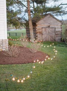 Backyard Wedding Discover 26 Inspiring Ideas for Your Dream Backyard Wedding - Inspired By This Want to know how to transform your backyard into a wedding wonderland? Scroll through our favorite 26 inspiring ideas for your dream backyard wedding! Backyard Wedding Decorations, Backyard Wedding Lighting, Diy Outdoor Weddings, Wedding Backyard, Garden Wedding, Outdoor Lighting, Lighting Ideas, Party Garden, Country Weddings