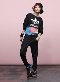 Colaboración Colourblock Pack adidas Originals by Rita Ora. Descubre este look en http://www.adidas.com.ar/ritaora#colourblock_pack/8