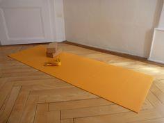 tapis de yoga, bloc, sangle salle de yoga rue de la Loge 6 à La chaux-de-Fonds, Suisse salle de yoga également à Neuchâtel  #banyann #yoga #meditation #bienetre Rue, Whitewash, Toy Block, Switzerland, Room