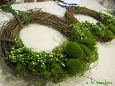 Spring wreath that's beautiful, easy, inexpensive. ~cs Spring wreath that's beautiful, easy, inexpensive. Halloween Yarn Wreath, Crochet Christmas Wreath, Christmas Wreaths, Christmas Decorations, Christmas Tree, Diy Spring Wreath, Diy Wreath, Moss Wreath, Grapevine Wreath