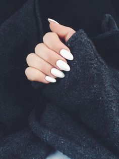 False nails have the advantage of offering a manicure worthy of the most advanced backstage and to hold longer than a simple nail polish. The problem is how to remove them without damaging your nails. White Oval Nails, White Acrylic Nails, Matte Nails, White Almond Nails, Acrylic Gel, White Acrylics, Glitter Acrylics, Oval Nail Art, Summer Nails Almond