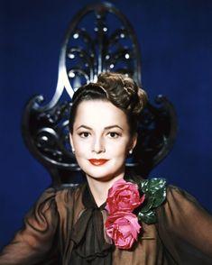 Olivia Mary De HAVILLAND, née le 1er juillet 1916 à Tokyo (Japon), est une actrice américaine d'origine anglaise. Olivia est la fille de parents anglais, l'avocat Walter De HAVILLAND et l'actrice Lillian FONTAINE. Sa sœur n'est autre que Joan FONTAINE (née en 1917).