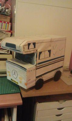 Camper surprise eigen creatie C2c, Camper, Paper Crafts, Diy Crafts, Toy Chest, Storage Chest, Caravans, Alternative, Crafting