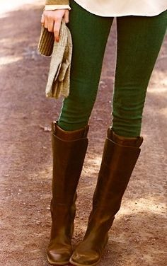 Riding boots and green jeans--want to wear this every single day! NEED these green jeans Green Skinnies, Green Leggings, Green Tights, Green Shoes, Kaki Pants, Dark Green Jeans, Green Suede, Mode Style, Brown Boots