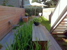 aménagement de petit jardin en ville avec chaise longue et parasol