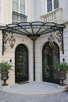 Such a clever awning for door. Forged-Iron Pergola Designs For Every Garden Gate Design, Door Design, Exterior Design, House Design, Iron Doors, Iron Gates, Eisen Pergola, Wrought Iron Decor, Wrought Iron Staircase
