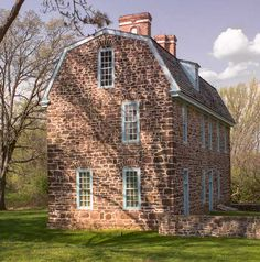 Houses of Eastern Pennsylvania The tall gambrel-roofed Keith House was built starting in 1722 for the provincial governor.The tall gambrel-roofed Keith House was built starting in 1722 for the provincial governor. Primitive Homes, Old Stone Houses, Old Houses, Old Abandoned Houses, Modern Houses, Saltbox Houses, Gambrel Roof, Stone Cottages, Country Cottages