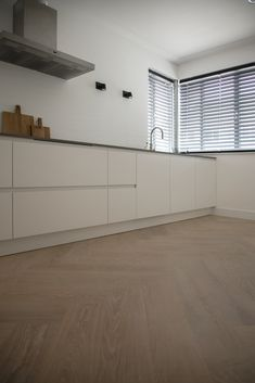 Witte keuken met visgraatparketvloer You can also easily lay a parquet floor in a kitchen. Interior Decorating Styles, Interior Design Tips, Kitchen On A Budget, Home Decor Kitchen, Bohemian Living Rooms, Rustic Kitchen Design, Beautiful Kitchen Designs, Parquet Flooring, Apartment Kitchen
