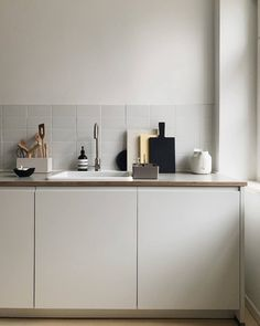 Küche The Toolbox, designed by Arik Levy for Vitra, is a practical companion in the office, on the d Interior Desing, Interior Inspiration, Kitchen Interior, Kitchen Decor, Kitchen Flooring, Kitchen Cabinets, Cocinas Kitchen, Home Remodeling Diy, Cuisines Design