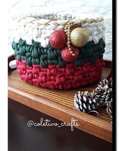 😍 Cesto 🎄Cachepô tema natalino. Feito em crochê com fios de malha. Ótima opção para compor a decoração de Natal, presentear, colocar Panetone, colocar presente (presente 2 em 1 😍). 🎄 Confecciono nas cores e tamanhos desejados. 🎄 Cesto da foto tem 18cm de diâmetro x 12cm de altura. 💰 Valor : 48,00 + frete. #croche #crochet #compredequemfaz #christmas #natal #decoracaodenatal #natal2018 #feitoamao #artesanal #artesanato #contemporaneo #decoracao #cestos #cachepos #decoracaodeinteriores… Crochet Basket Pattern, Crochet Patterns Amigurumi, Crochet Yarn, Crochet Stitches, Christmas Baskets, Christmas Crafts, Holiday Crochet, Knit Mittens, Yarn Projects