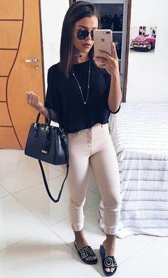 calça clara e blusa preta
