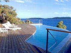 Villa d'exception dans le prestigieux domaine privé de Cala Rossa, piscine à débordement sur une splendide vue mer, accès direct aux criques semi-privées, endroit calme sur une impasse, en première ligne, au fond du domaine.