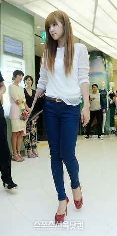 Chorong's simple white blouse with skinny jeans look~