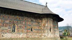 Manastirea Humorului este un lacas de cult care merita sa fie vizitat de cei care ajung in Moldova. De ce? O sa descoperiti o locatie minunata, pe care trebuie sa o surprindeti intr-un mod activ!   #manastiri #romania #humor #travel #autoboca Moldova, Romania, House Styles, Home, Ad Home, Homes, Haus, Houses