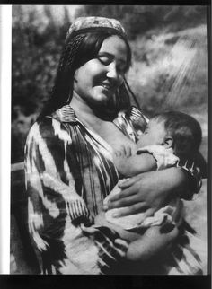 """""""Uzbek`s Madonna"""" Photo: Max Penson - Soviet Russia, Max Penson was a noted Russian Jewish photojournalist and photographer of the Soviet Union noted for his photographs of Uzbekistan. Breastfeeding Pictures, Breastfeeding Photos, Poema Visual, Maiden Mother Crone, Madonna Photos, Interview, Madonna And Child, Best Mother, Baby Feeding"""