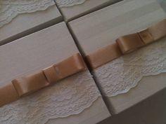 """A caixa paradoces, revestida em Jacquard branco com renda branca e detalhe de fita cetim  rosê.  Disponibilidade de caixas para 2, 3 e 04 bem casados ou Rafaella.  >>>NOVIDADE <<< COOKIES """"RAFAELLA"""" são dois biscoitos  recheados com creme de chocolate e avelã."""