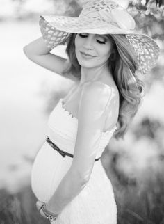 Beautiful maternity photo! Maternity photography | outdoor maternity photo | baby bump | mom-to-be photo | pregnancy