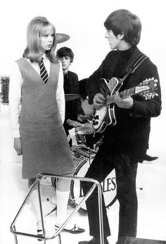 1964 - Pattie Boyd, Ringo Starr and George Harrison in A Hard Day's Night film (backstage photo). Day And Night Movie, Night Film, A Hard Days Night, Linda Mccartney, Pop Rock, Rock And Roll, John Lennon, George Harrison Pattie Boyd, Patti Harrison