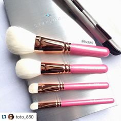 #Repost @toto_850 with @repostapp.  Absolutely loving the Hakuhodo Tokyo rose gold set.  Made of soft goat hair and perfect size for taking it with me while travelling. Only complain I have is that both eyeshadow brushes are flat shape ones. I would have preferred a pencil brush or an eyeliner brush of some sort. But overall very happy with these.  Thanks again @fudejapan for making this possible.  Have a nice Sunday lovelies!  #Hakuhodo #Fude #kumanofude #japanesebrushes #smutville…