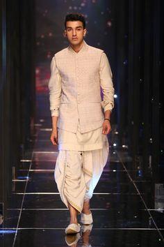 Tarun Tahiliani at Lakmé Fashion Week Summer/Resort 2018 l Vogue India Wedding Kurta For Men, Wedding Dresses Men Indian, Indian Wedding Wear, Wedding Dress Men, Wedding Sherwani, India Fashion Men, Indian Men Fashion, Mens Fashion Suits, Male Fashion