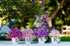 Love décoration avec des fleures dans des tasses de thé
