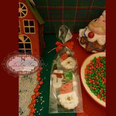 Bolachas personalizadas para o Natal! Por Giselle Minella KIT BOLACHA BONECO DE NEVE E PAPAI NOEL Sabores sugeridos: Baunilha, chocolate, ovomaltine, canela, nozes e morango. Encomende pelo blog: www.lelieusucre.com.br