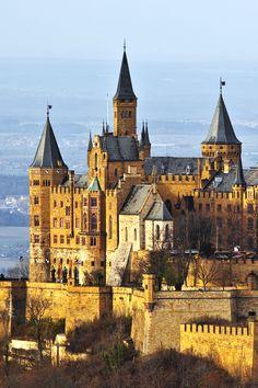 Burg Hohenzollern - Ganz einsam thront die Burg Hohenzollern, der Stammsitz des preußischen Königshauses und der Fürsten von Hohenzollern, auf einem bewaldeten Berg. #burg #deutschland #schloss #castles #urlaub