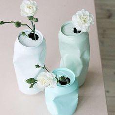 Vases décoratifs avec des canettes de soda et de la peinture.  17 utilisations étonnantes des canettes de soda