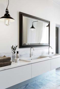 vitt badrum, klassiskt, sekelskifte, modernt, lampa, taklampa, spegel med ram, carrara marmor golv