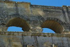 Le pont du Gard 30, c'est sans doute le plus fameux monument gallo-romain de France. Bâti au I°s de notre ère, il constituait la partie la plus spectaculaire des 50 km d'aqueduc amenant les eaux des fontaines d'Eure jusqu'à la ville de Nîmes. Miraculeusement préservé, il est aujourd'hui classa au patrimoine Mondial ^par l'UNESCO