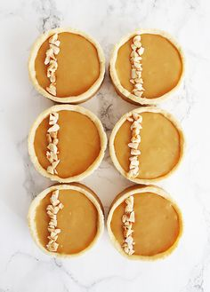 Tartelettes met gekarameliseerde witte chocolade ganache Sweet Desserts, No Bake Desserts, Sweet Recipes, Vegan Recipes, Cakepops, Cupcakes, Cupcake Cakes, Baking Bad, Mini Tart
