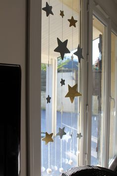 DIY: the star garland a Christmas curtain with 2 pieces of wool and paper . - DIY: the star garland a Christmas curtain with 2 pieces of wool and paper! Christmas Window Decorations, Handmade Christmas Decorations, Simple Christmas, Christmas Diy, Christmas Wreaths, Christmas Windows, Star Garland, Diy Garland, Diy Star