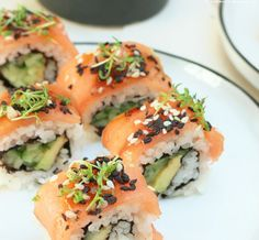 Uncomplicated show-off sushi ala Henssler for at home - Today there is a round of sushi ala Steffen Henssler. Not just any sushi, but a rainbow inside-out - Sushi Burger, Sushi Co, Dessert Sushi, Dessert Food, Sushi Recipes, Asian Recipes, Surimi Sushi, Inside Out Sushi, Sushi Pictures