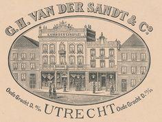Gezicht op de voorgevel van het manufacturenmagazijn van de firma G.H. van der Sandt en Co (Oudegracht D 54/55 (links) en D 56 (rechts)) te Utrecht. - Het adres Oudegracht D 54/55 is in 1890 gewijzigd in Oudegracht Weerdzijde 32 en in 1917 in Oudegracht 147; het adres Oudegracht D 56 is in 1890 gewijzigd in Oudegracht Weerdzijde 34 en in 1917 in Oudegracht 145. – Gelithografeerd reclame - Datering: ca. 1890